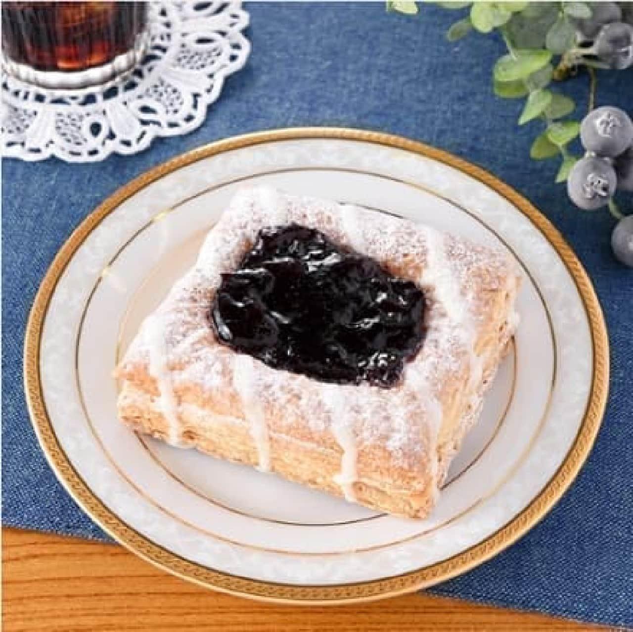 ファミリーマート「フルーツパイ(ブルーベリー&フロマージュクリーム)」