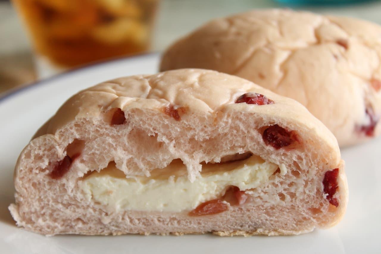 ファミマ「クランベリー&チーズクリームパン」