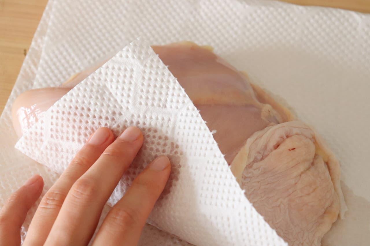 ステップ3 鶏むね肉を取り出し水気を拭く。