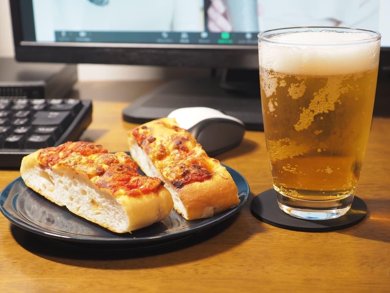 「トマト×ベーコン フォカッチャ」をつまみながらオンライン飲み会をする様子