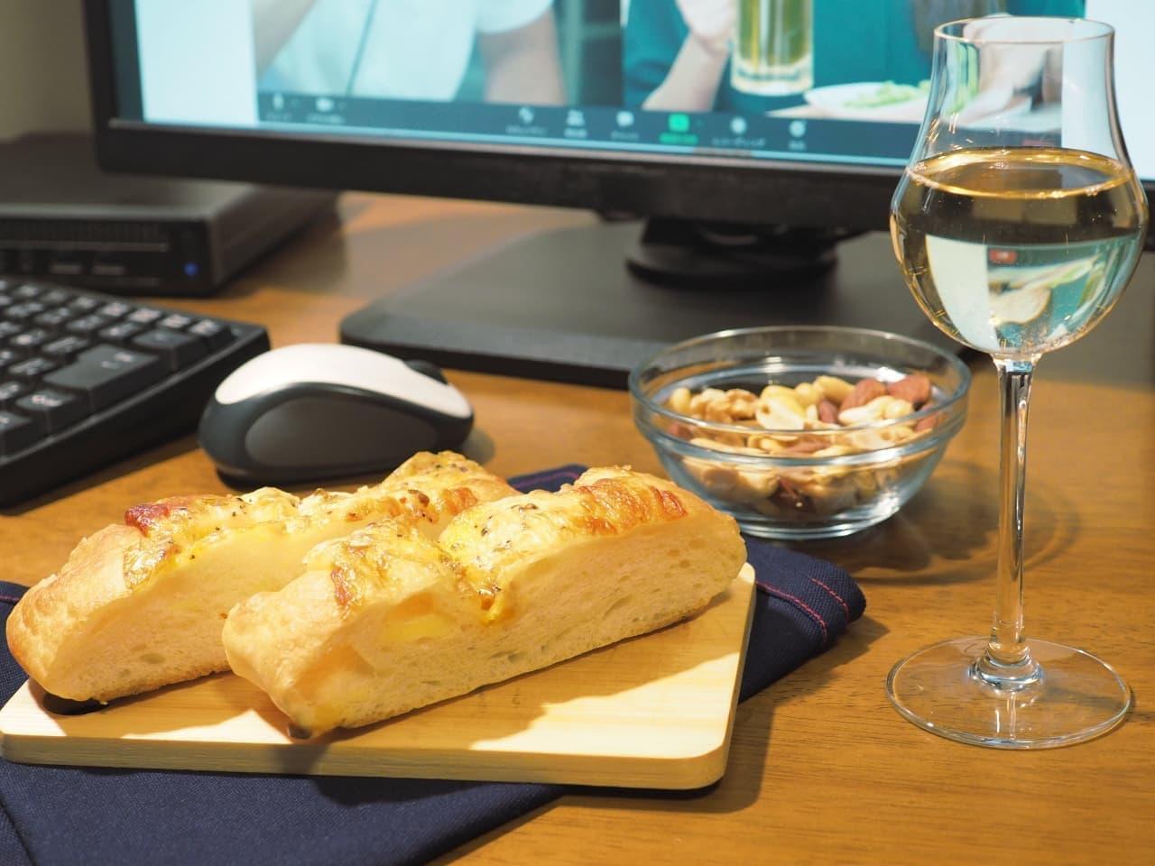 「チーズ×チーズ フォカッチャ」をつまみながらオンライン飲み会をする様子