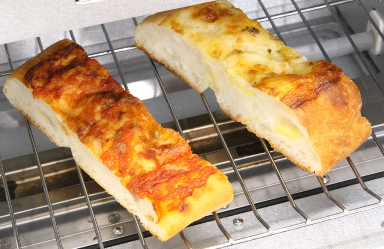 オーブントースターで温めた「トマト×ベーコン フォカッチャ」と「チーズ×チーズ フォカッチャ」