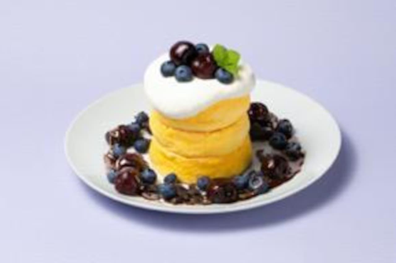 ヴィレッジヴァンガードダイナー「アメリカンチェリー&ブルーベリー パンケーキ ~チョコレートソース添え~」