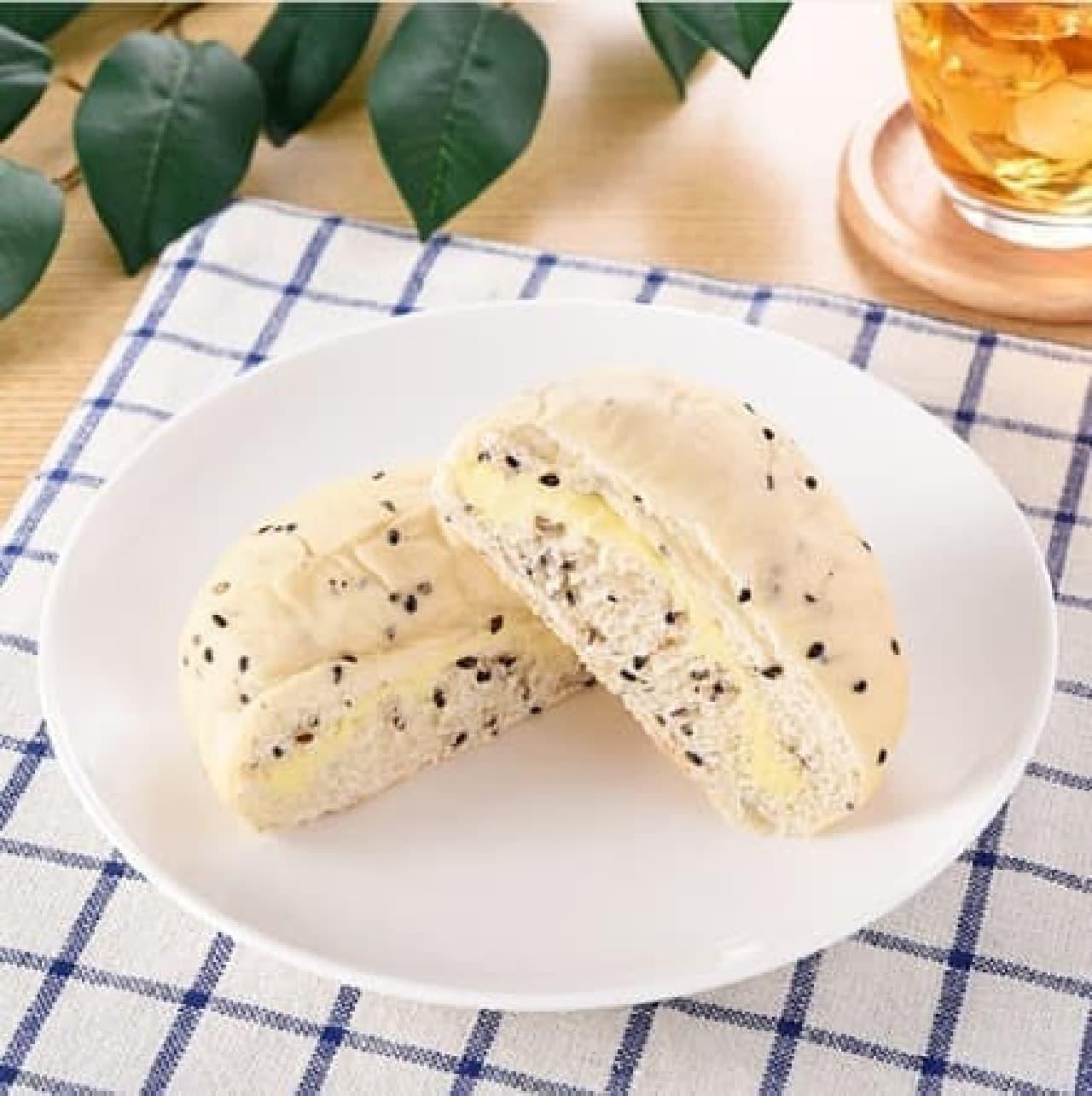 ファミリーマートの「黒胡麻カマンベールチーズパン」