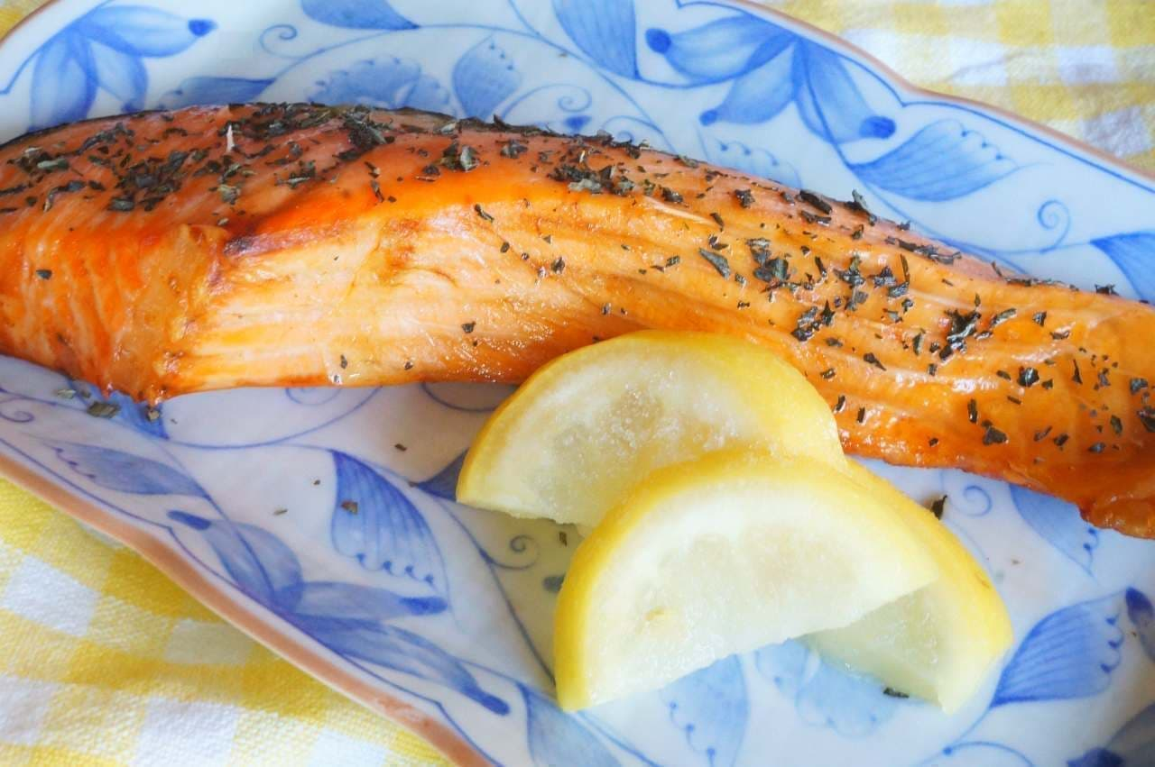 トップバリュ「アンデスのふもとで育ったスライスレモン」を添えた鮭