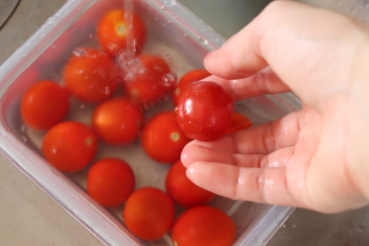 ステップ2 ミニトマトを水洗いする