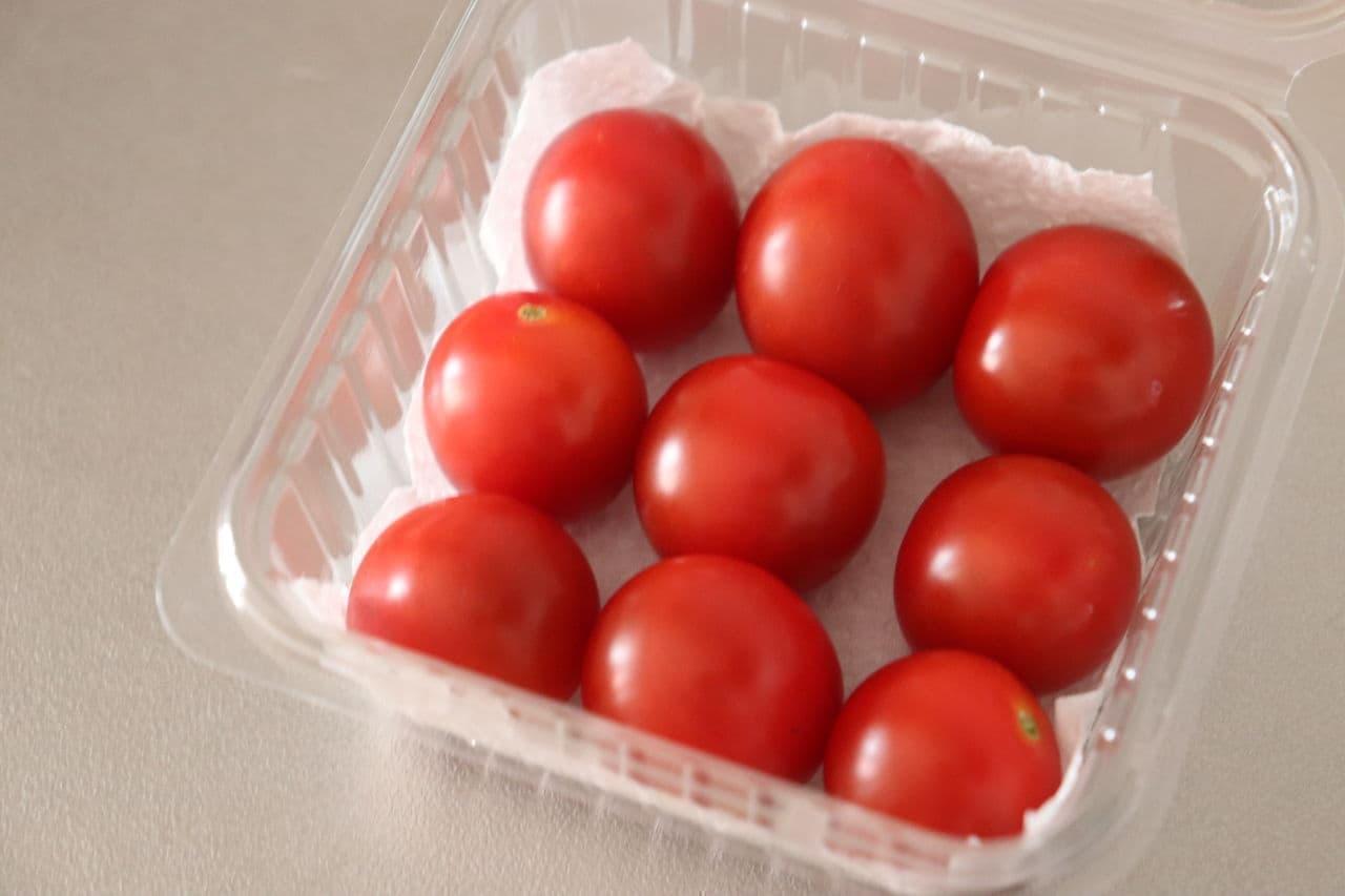 ステップ4 容器にキッチンペーパーを敷き、ミニトマトを並べる
