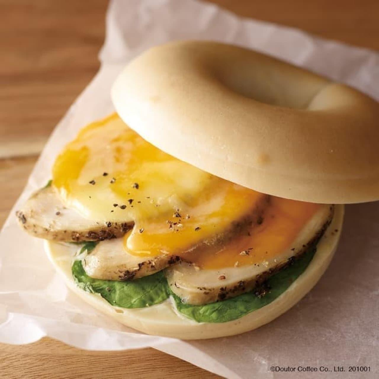 エクセルシオール カフェ「ベーグルサンド 華味鳥ハーブチキン&5種のチーズ」