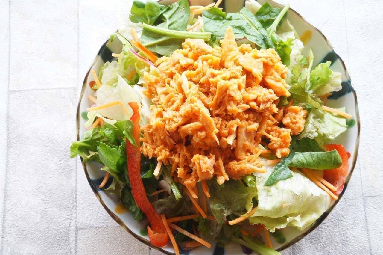 味の明太子ふくやの「めんツナかんかん辛口」をのせたサラダ