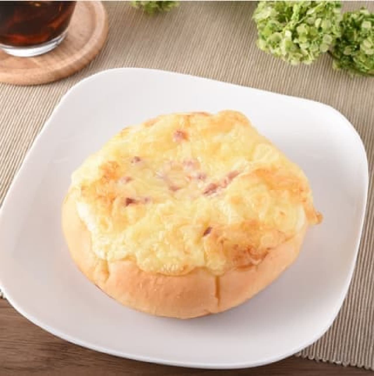 ファミリーマート「3種のチーズとベーコンのパン(バジル風味)」