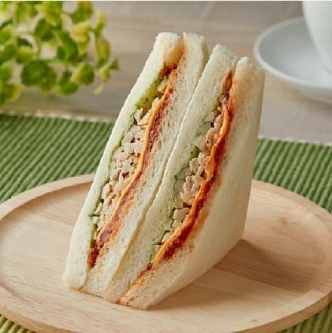 ファミリーマート「サラダチキンとチェダーチーズのサンド」