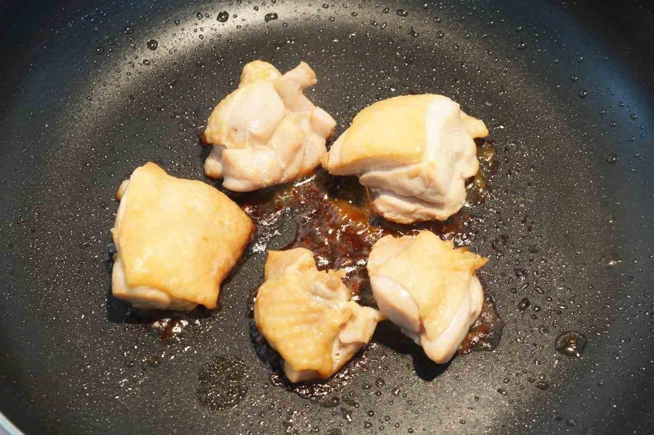 フライパンで焼いている鶏肉