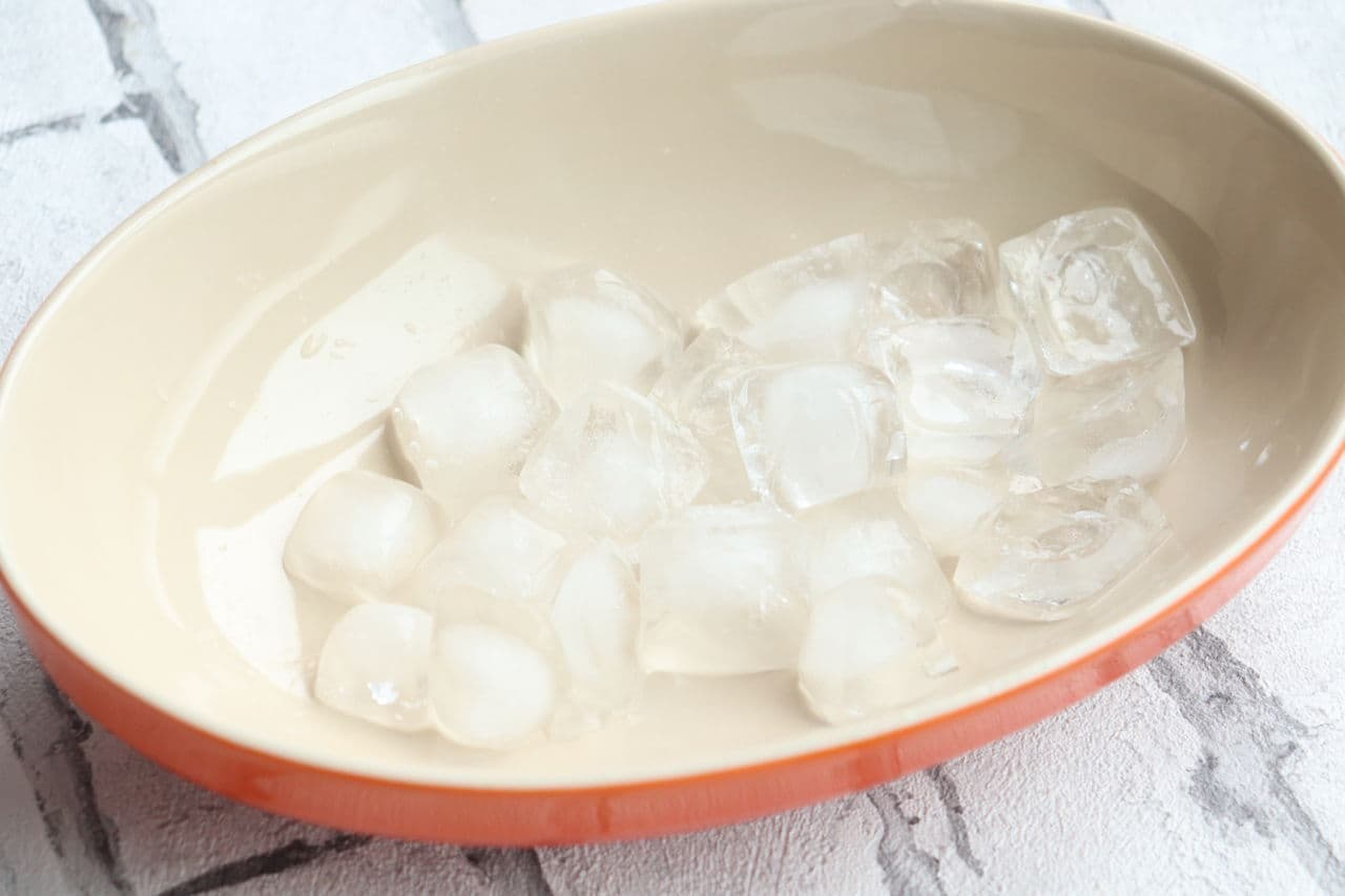 ステップ1 ボウルや深皿に氷または保冷剤を敷き詰める。