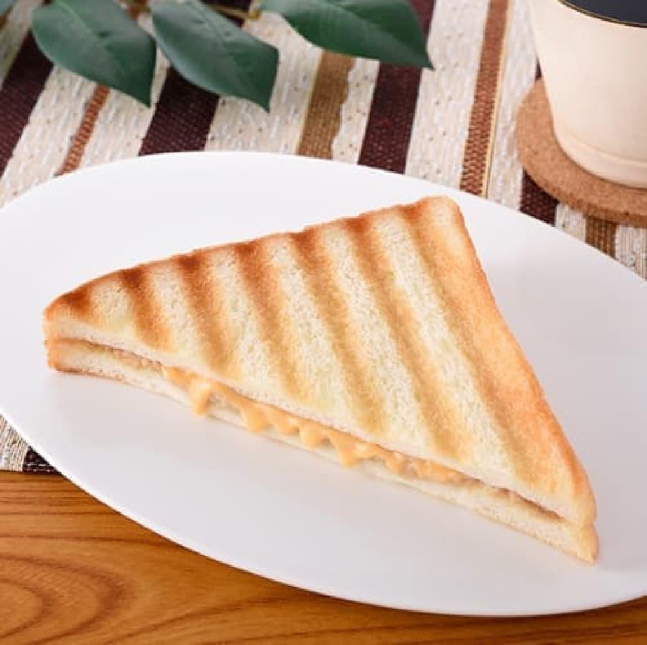 ファミリーマート「ホットサンド(ツナ&チェダーチーズ)」