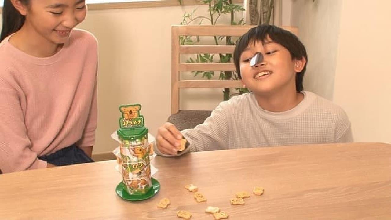 ふんばれ!コアラのマーチ バランスタワーゲームで遊ぶ子供