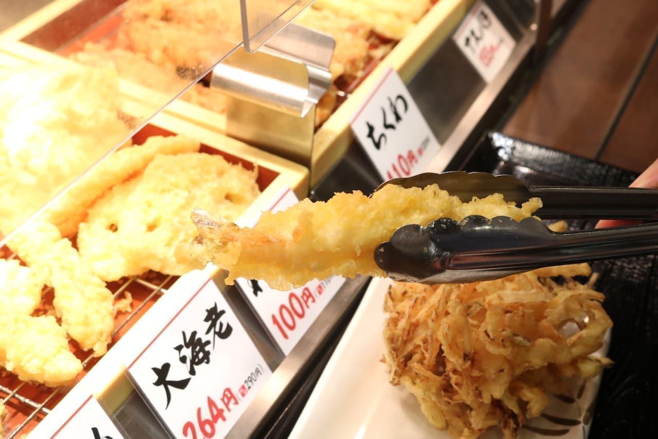 丸亀ランチセットで天ぷらを選んでいる様子