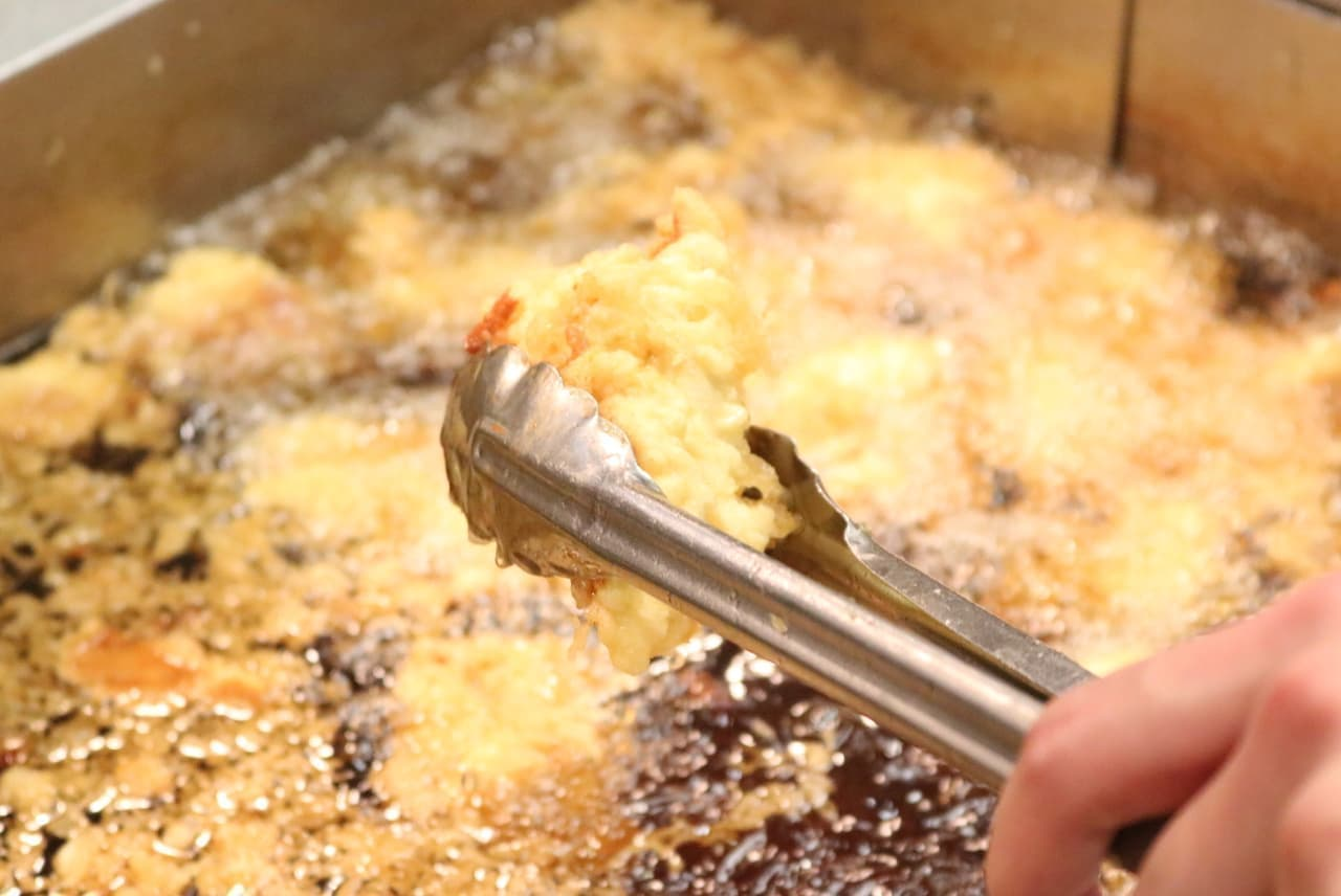 丸亀製麺の天ぷら調理の様子
