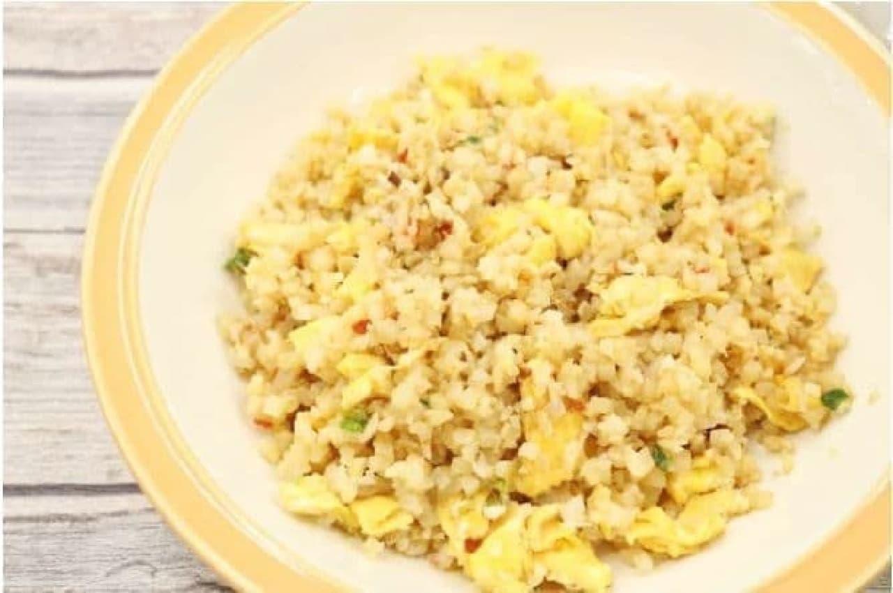トップバリュ「お米のかわりに食べるカリフラワー」のチャーハン