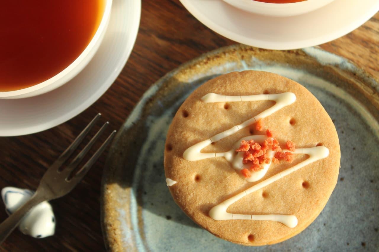セブン「しっとりクッキーサンド苺のレアチーズ」