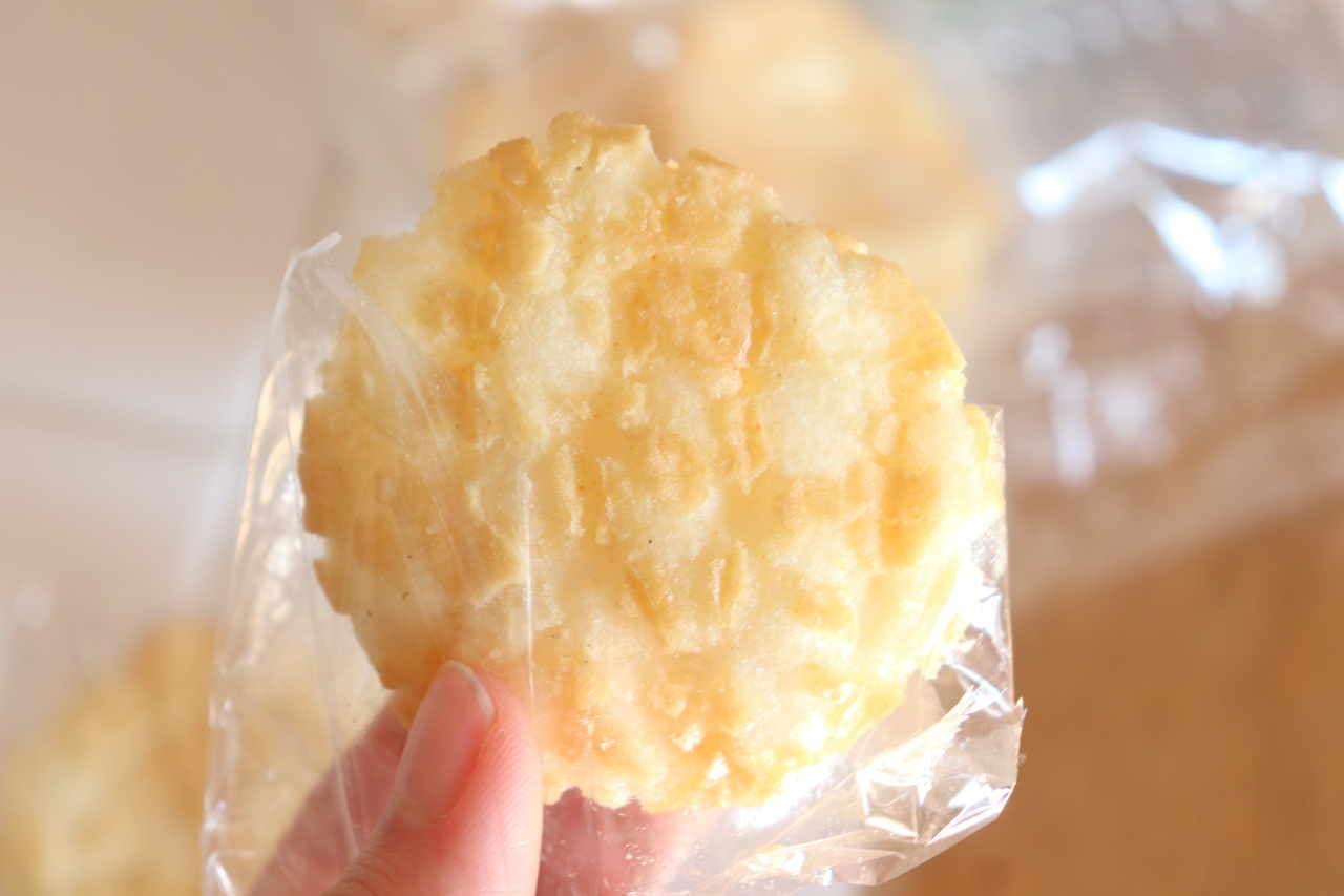 カルディ「柚子塩味のあげせんべい」
