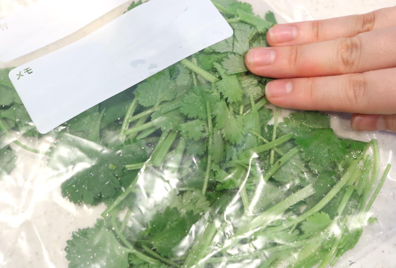 ステップ3 ざく切りにした葉と茎を、大きめの冷凍用密閉保存袋に入れて、空気を押し出しながら密閉します。
