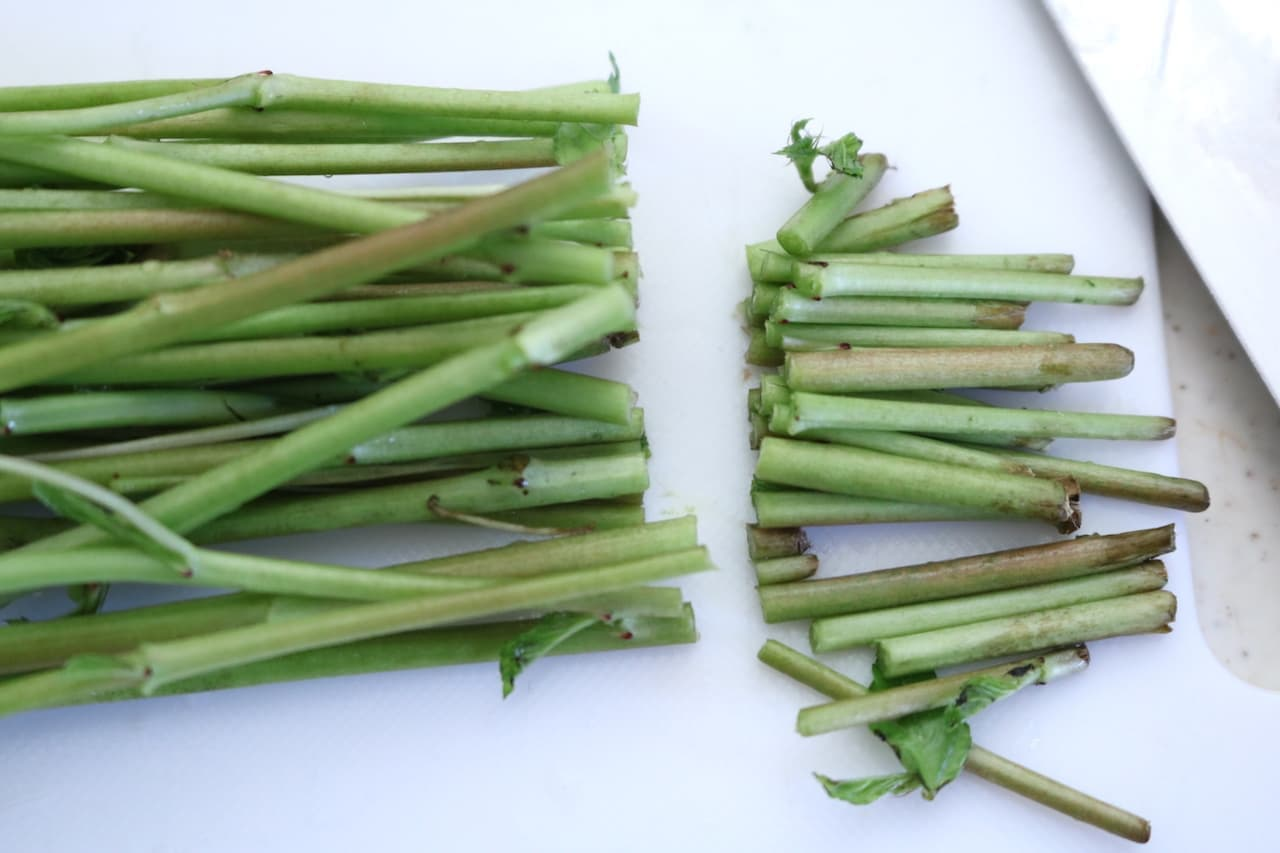 ステップ3茎を揃え、茎の硬い部分を切り落とし、茎の穂先側の半分近くをカットしておきます。