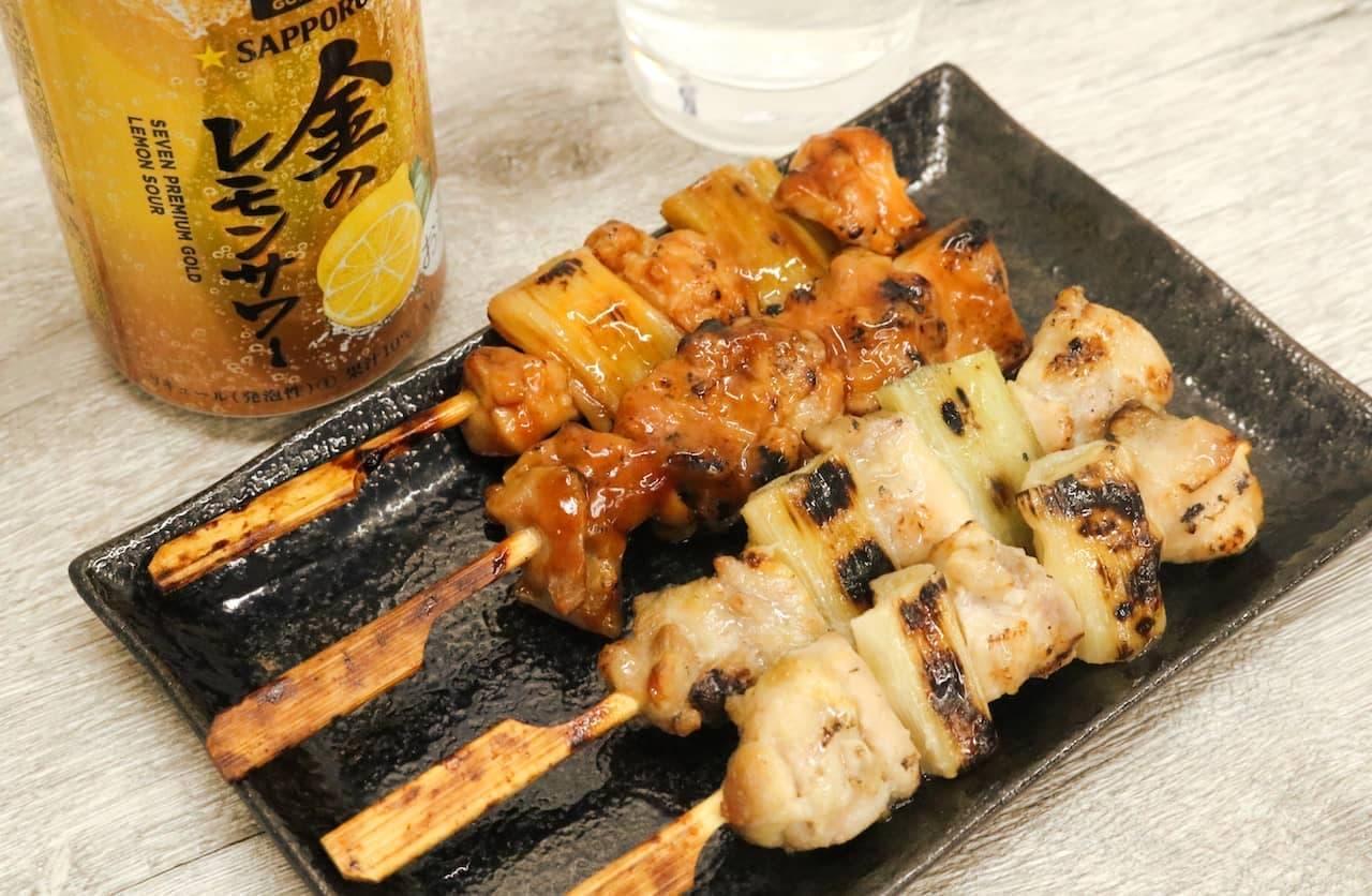 「セブンプレミアム ゴールド 金のレモンサワー」と「炭火焼鳥 もも串・ねぎま串(たれ、塩)」