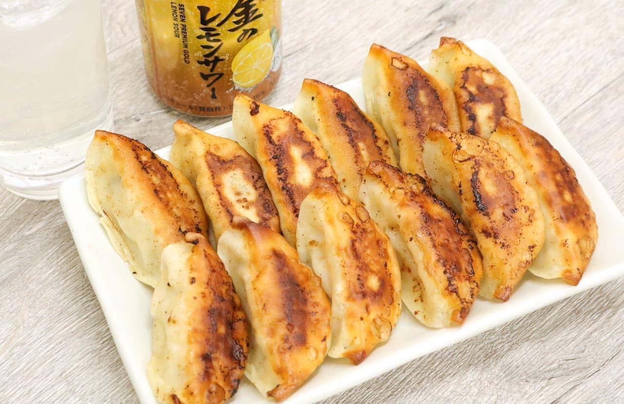 「セブンプレミアム ゴールド 金のレモンサワー」と「冠生園 肉餃子(焼)」と「冠生園 野菜餃子(焼)」