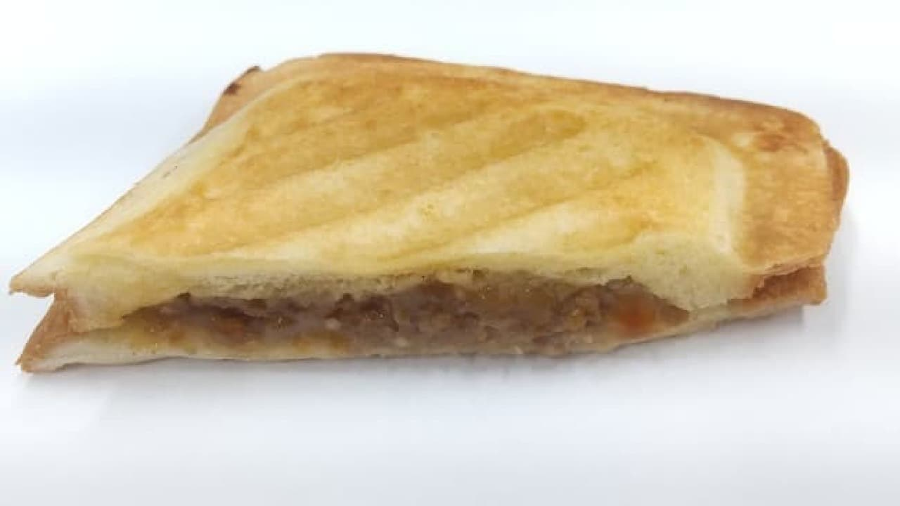 ファミリーマート「ホットサンド 焙煎にんにくだれの焼肉&マッシュ」