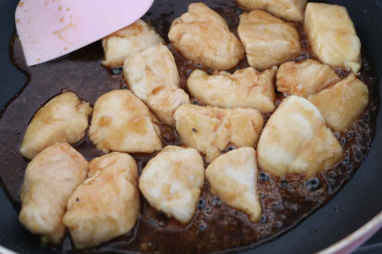 鶏のささみ肉を焼鳥風の甘辛いタレで味付けた「ささみ焼鳥風」