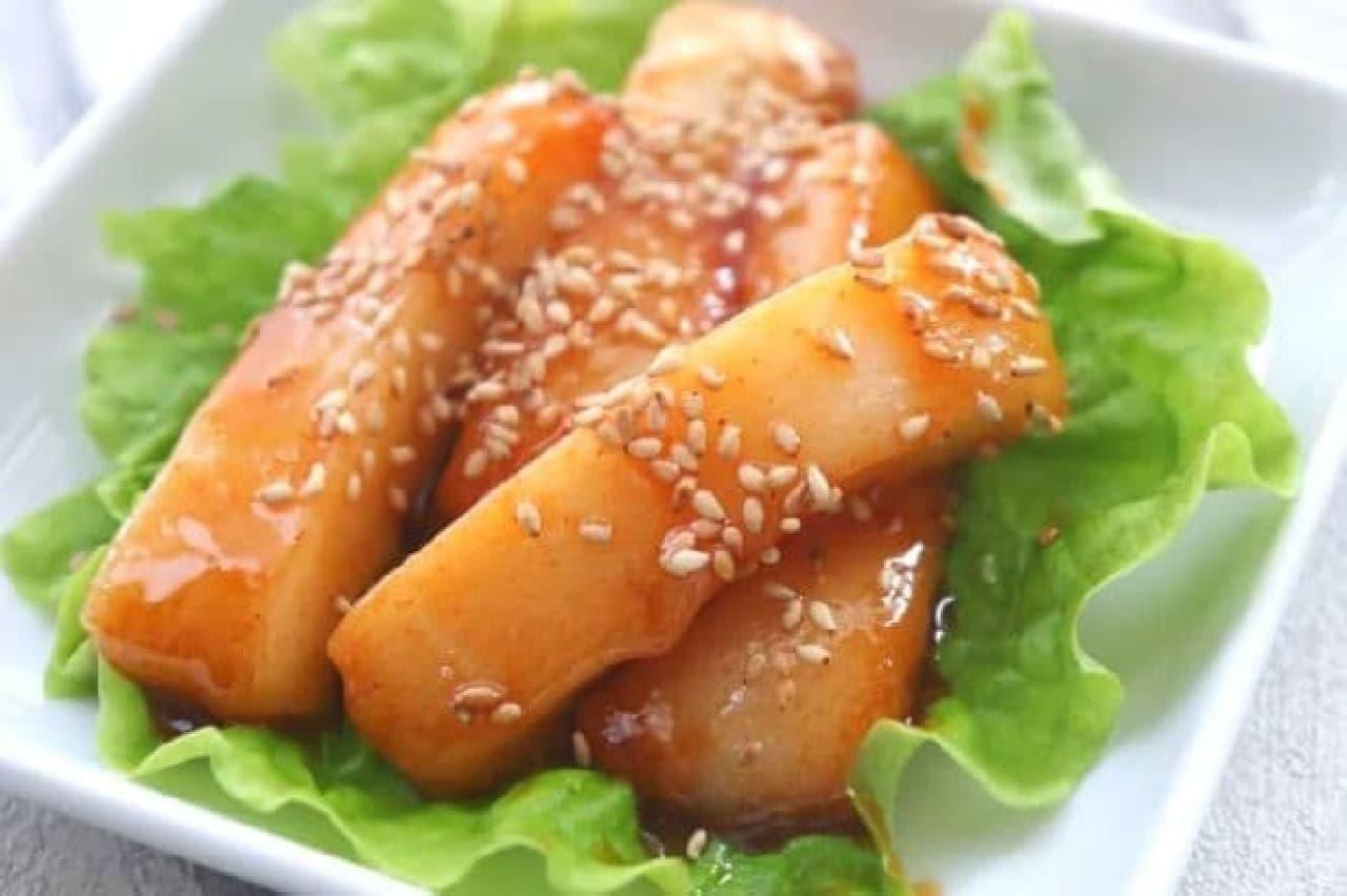 お餅を韓国風にアレンジした「甘辛トッポギ風」