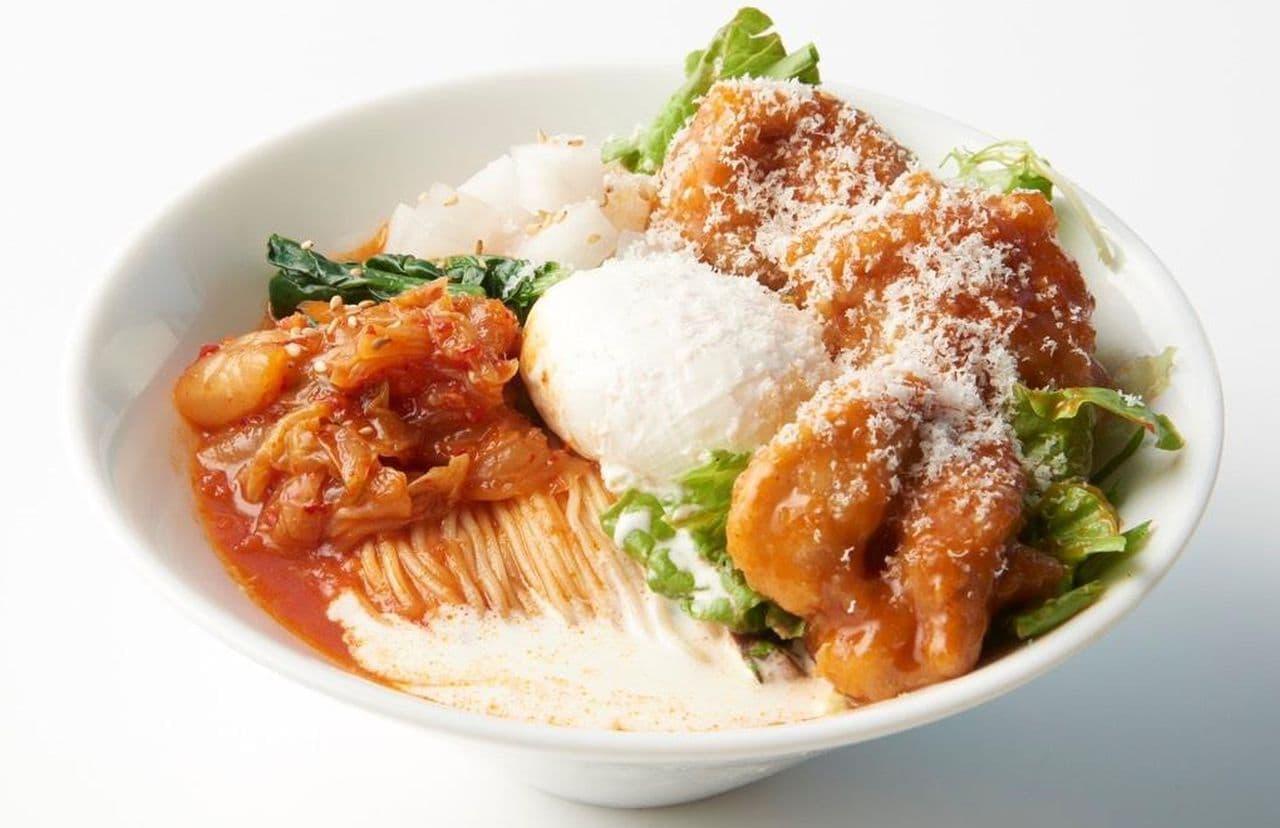 太陽のトマト麺「旨辛ヤンニョムチキンのビビントマト冷麺」
