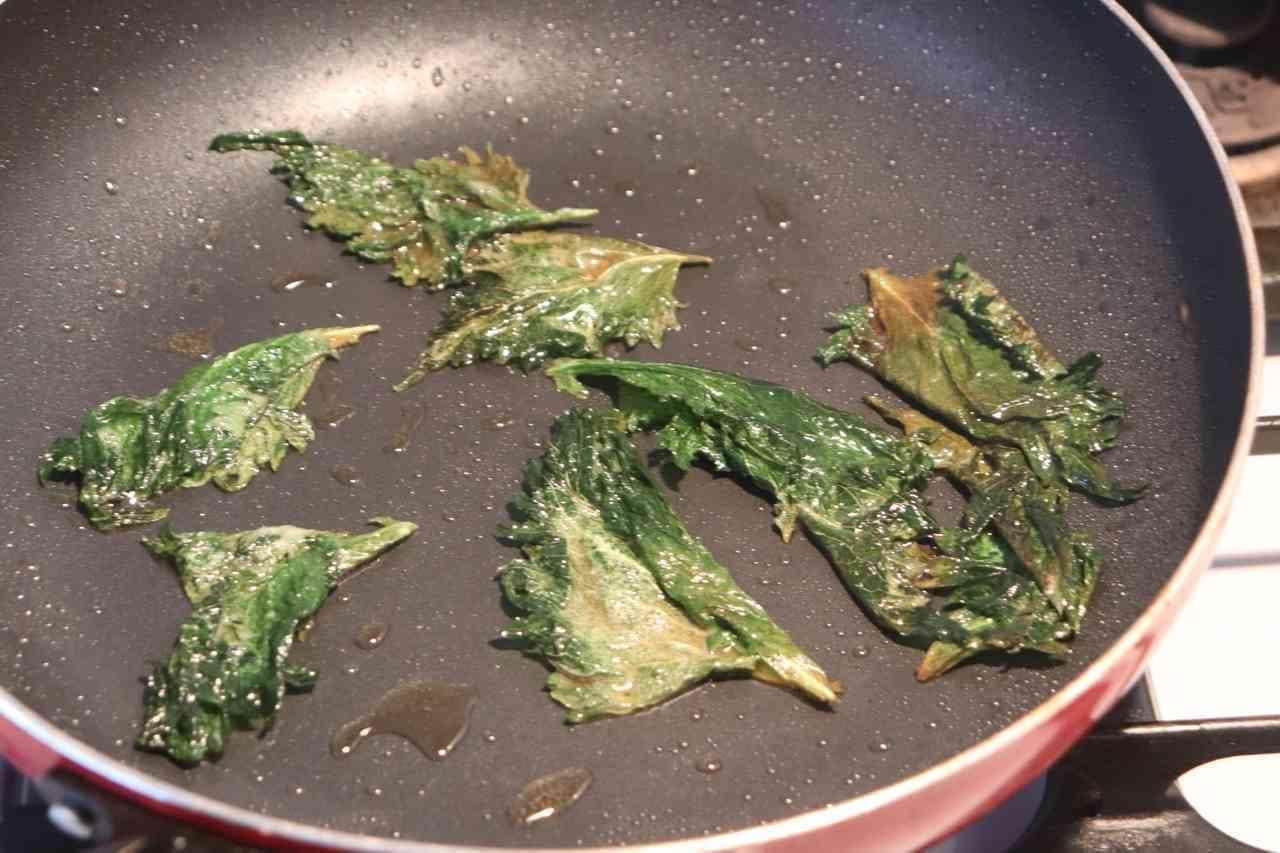 フライパンで焼くだけ「パリパリ大葉チップ」レシピ!