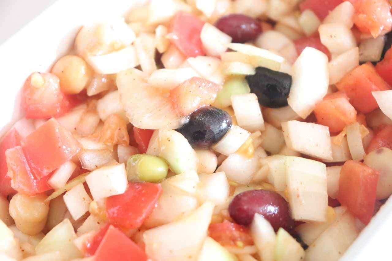 さっぱりピリ辛「トマトと豆のサルササラダ」レシピ