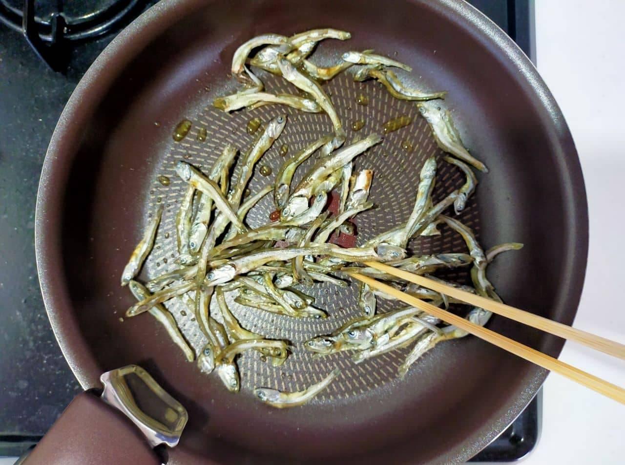 「煮干しのオリーブオイル炒め」レシピ