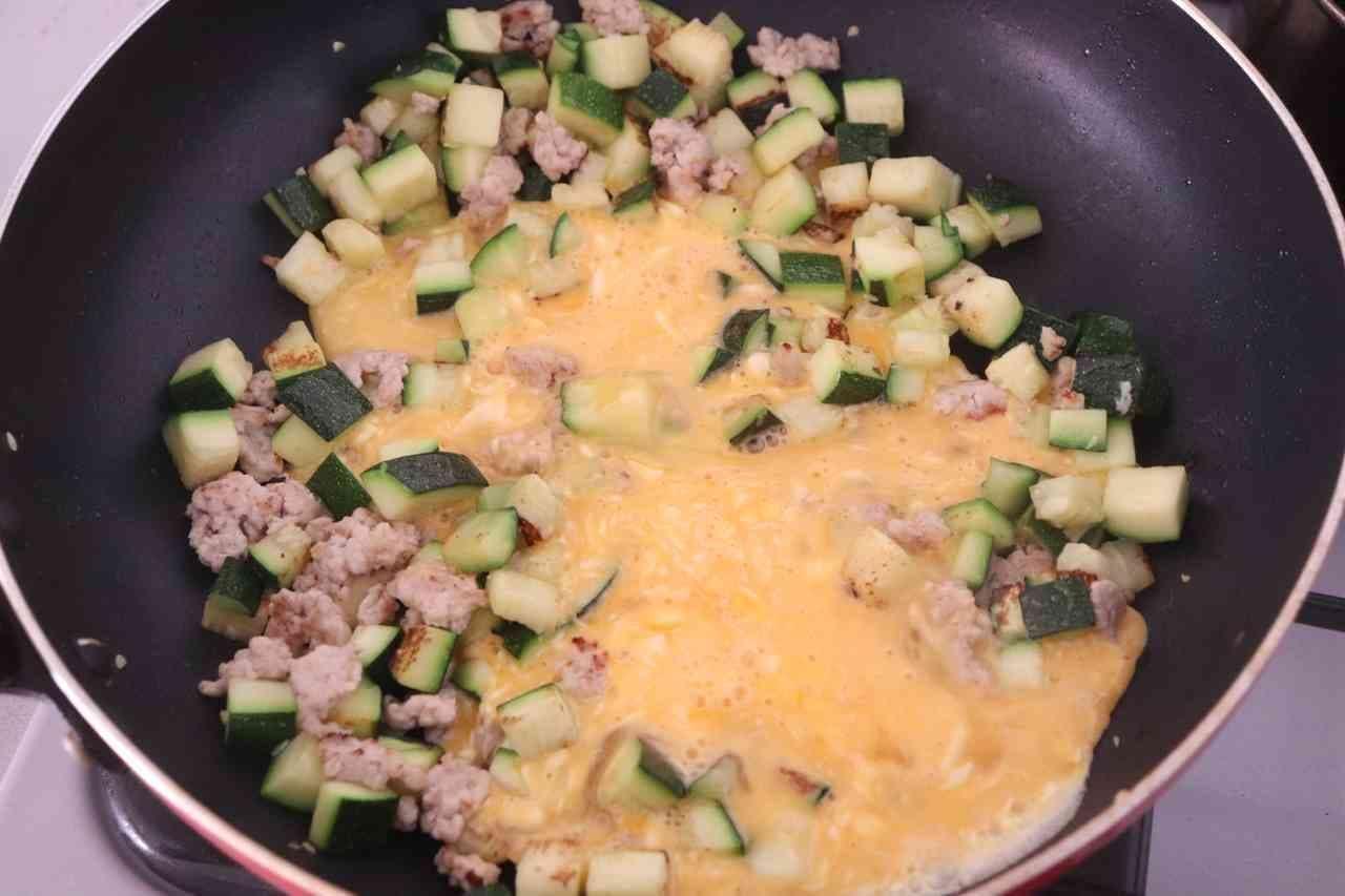 ズッキーニと卵のカレーチーズ炒め
