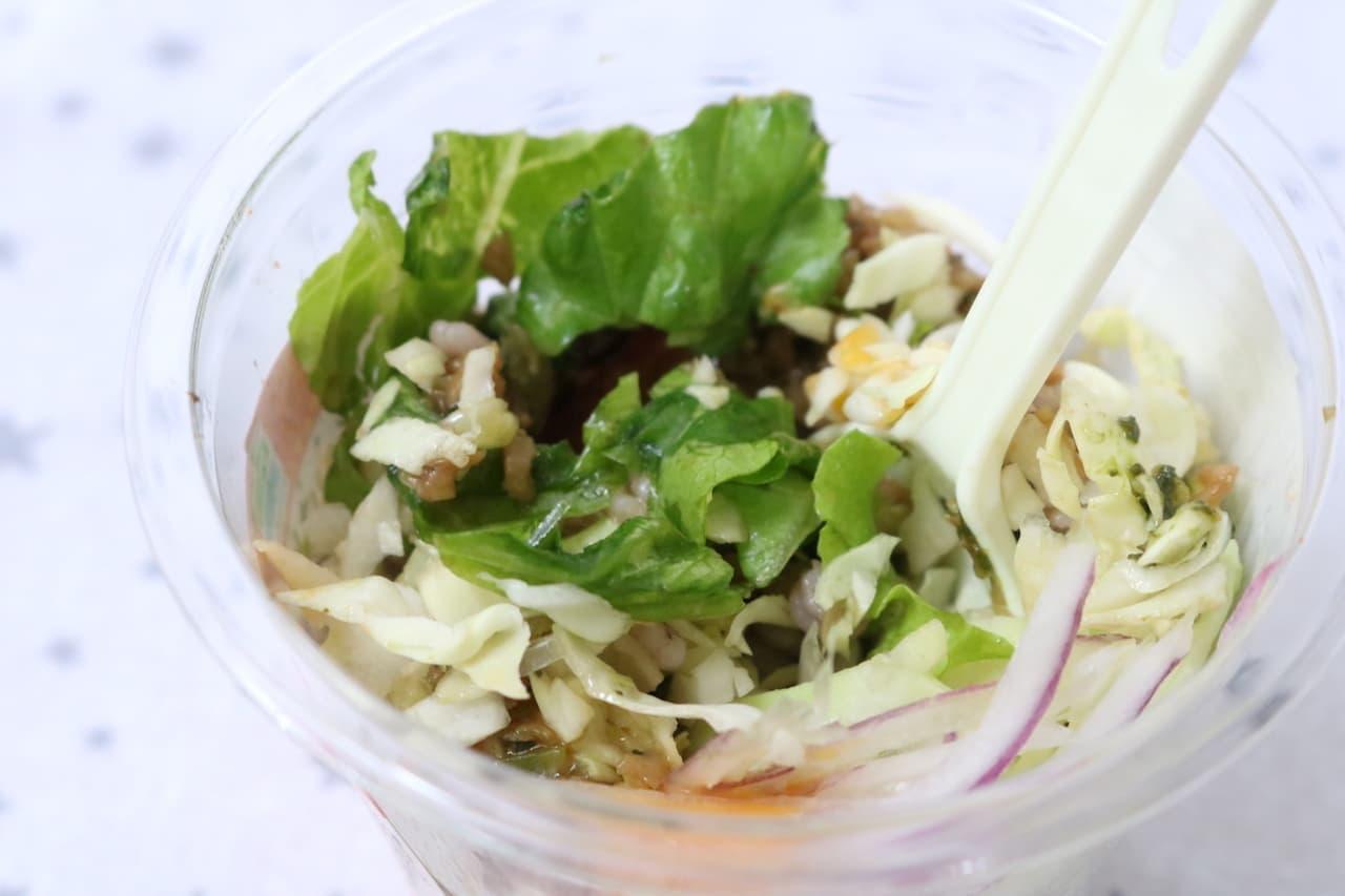 ファミマ「まぜにくいけどおいしい!ガパオライス風サラダ」