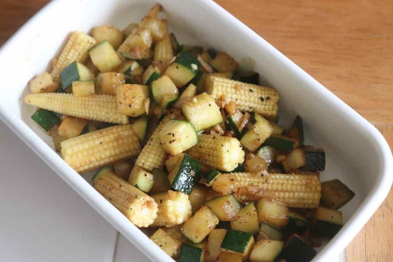 「ズッキーニとヤングコーンの焼きサラダ」のレシピ