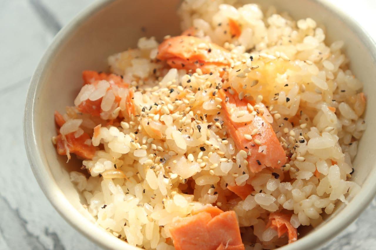 「鮭のガーリックバター醤油炊き込みご飯」レシピ