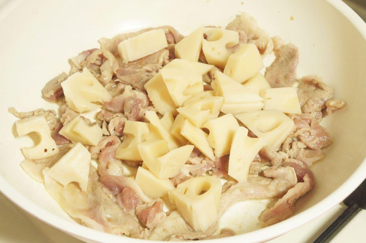 フライパンで炒めている豚肉とれんこん