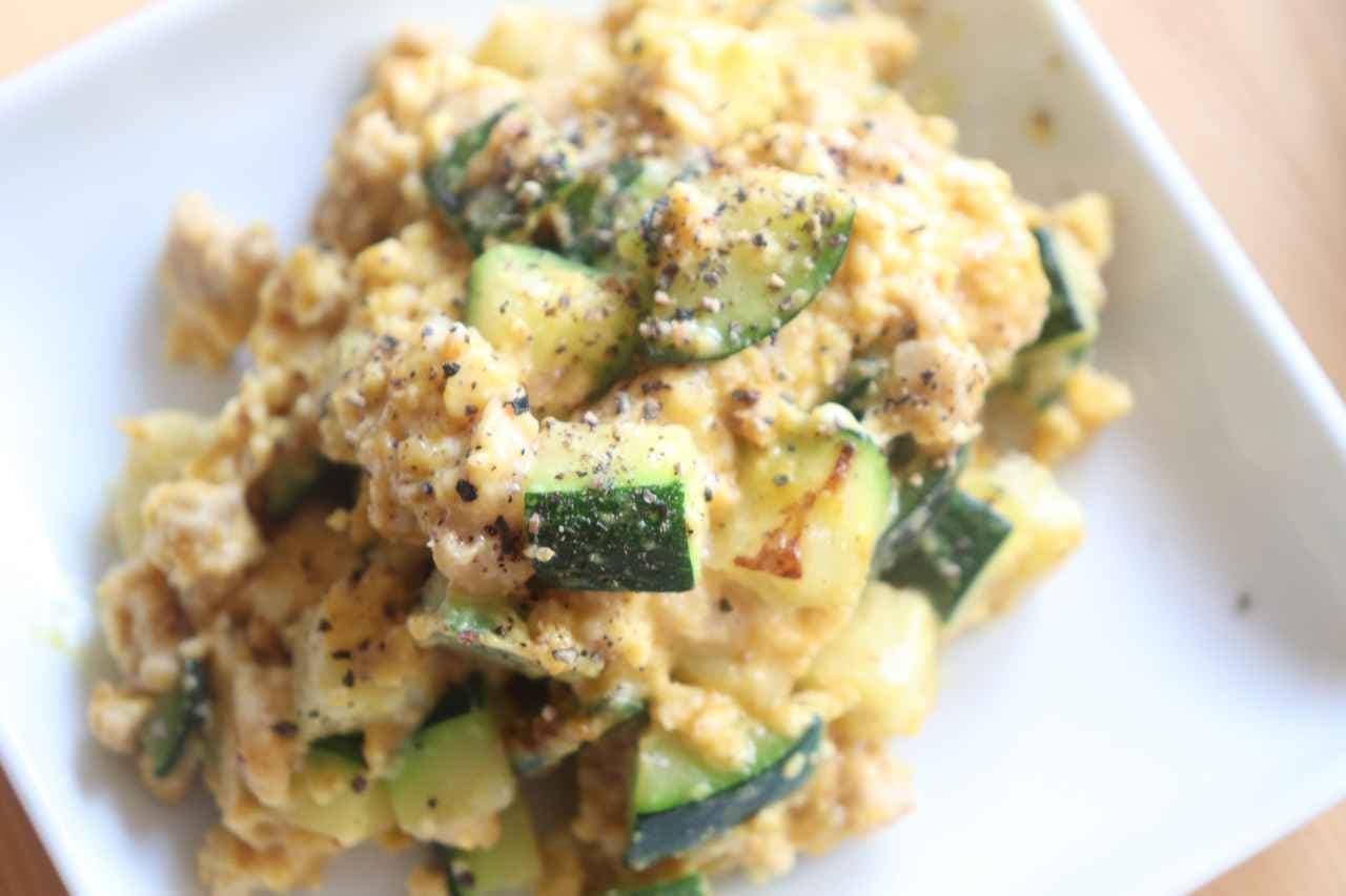 「ズッキーニと卵のカレーチーズ炒め」レシピ