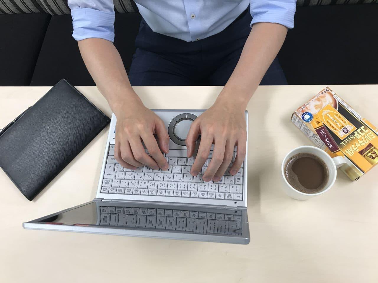 森永製菓「ミルクキャラメルココアスティック」と働く男性