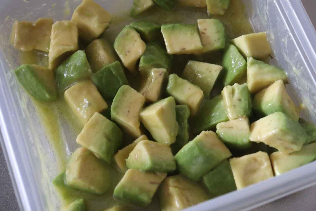 「豆苗とアボカドのサラダ」レシピ