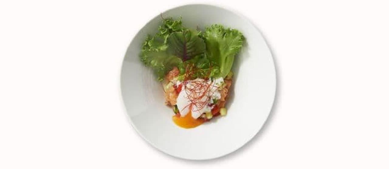 イケア「半熟たまごとサーモンポキのサラダ」