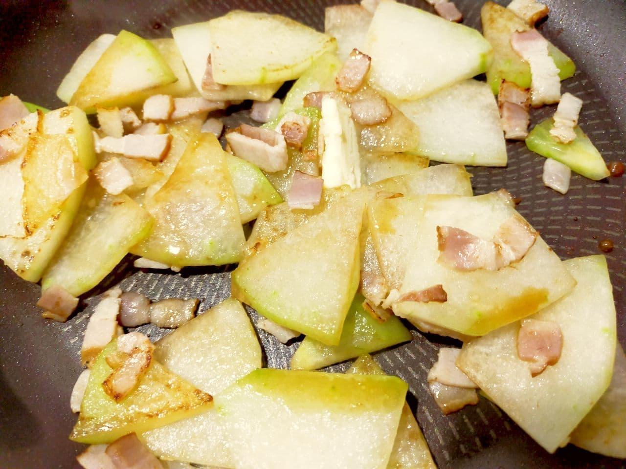 「冬瓜とベーコンのガーリックバター炒め」レシピ