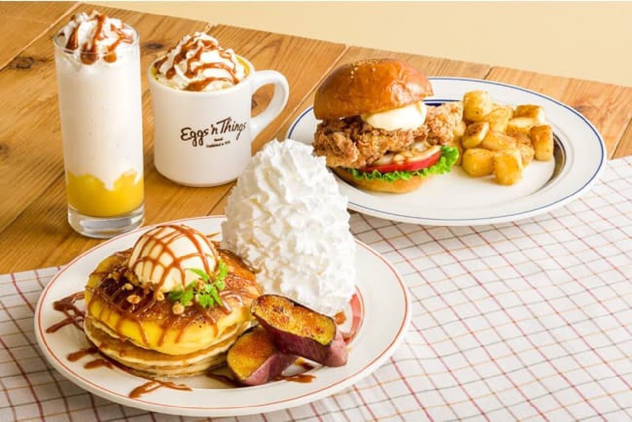 エッグスンシングス「さつまいもブリュレパンケーキ」「モチコフライドチキンバーガー」「さつまいもラテ」「さつまいもシェイク」