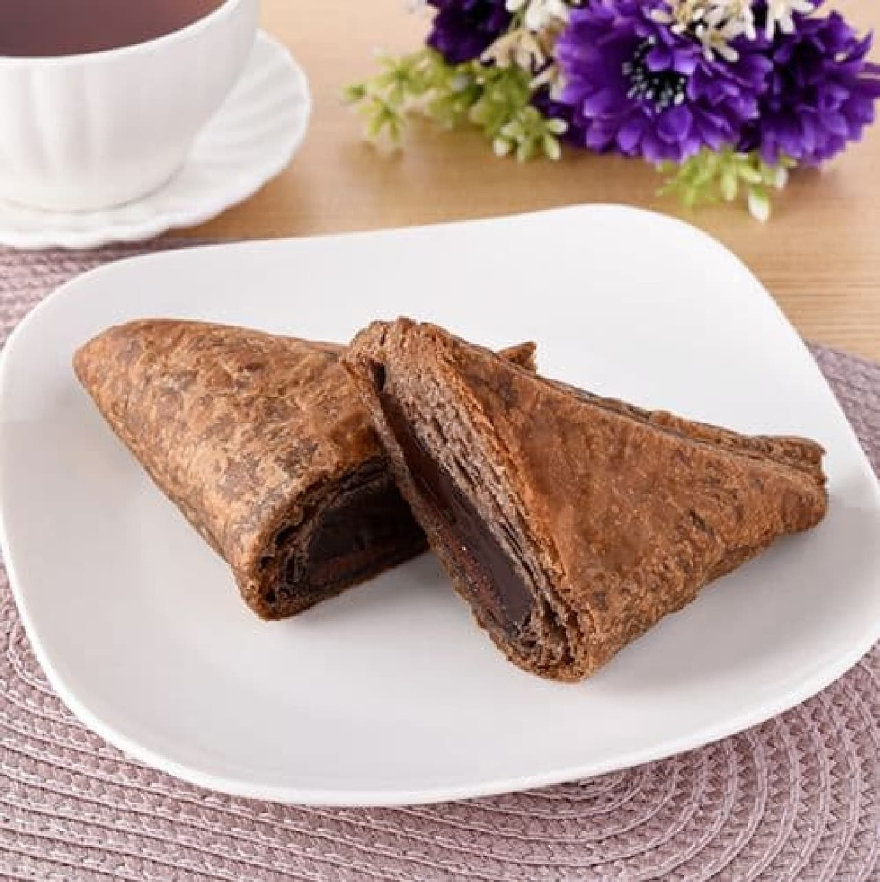 ファミリーマート「とろーりチョコの三角チョコパイ」