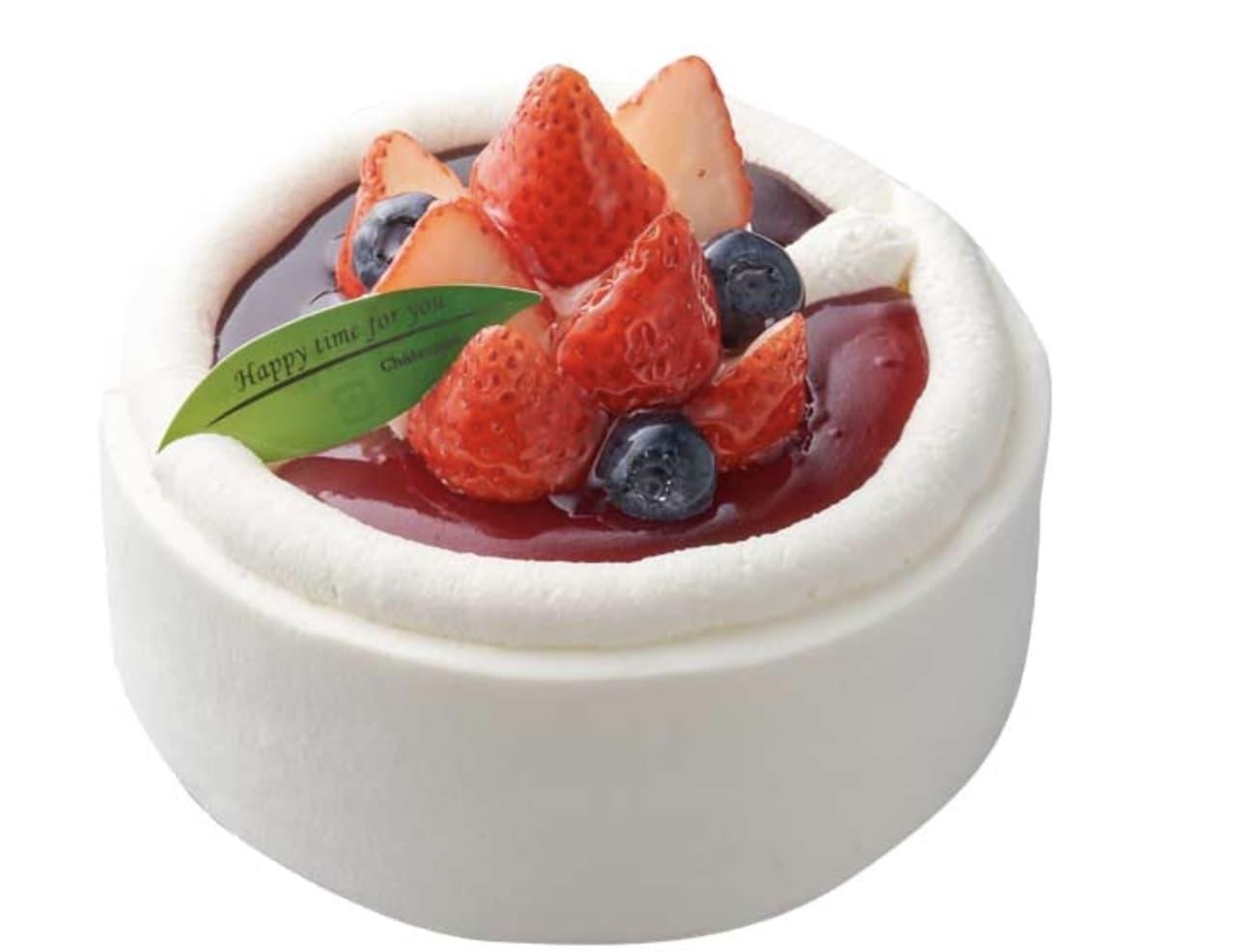 シャトレーゼ「苺とブルーベリーのスフレチーズデコレーション」