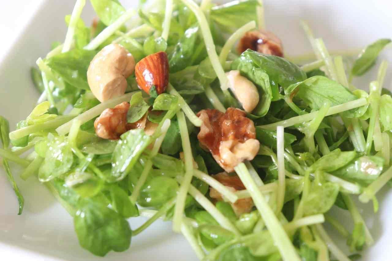 豆苗とナッツのサラダ