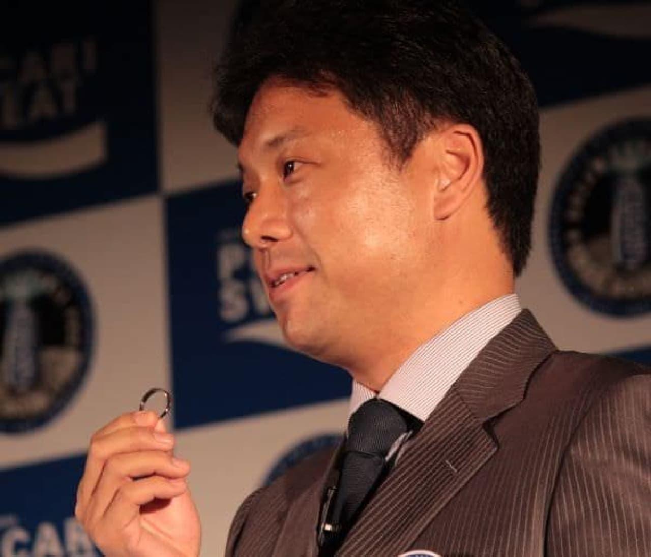 ドリームカプセルを開けるのに必要なドリームリング  持っているのは岡田光信さん(ASTROSCALE CEO)